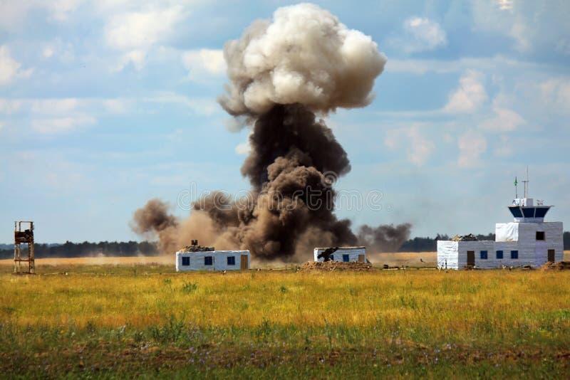 火炮轰击在锻炼的一种军事设施 免版税图库摄影