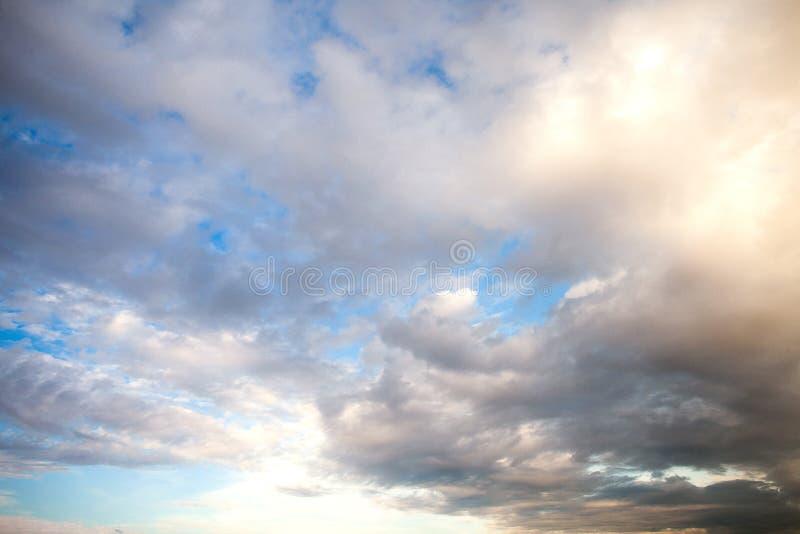 火热的橙色五颜六色的日落天空 美丽的天空 免版税库存图片
