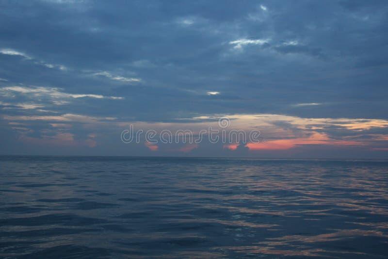 火热的橙色日落天空和海背景 库存图片