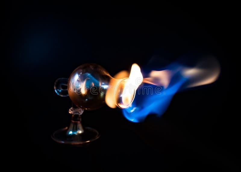 火焰从弯曲的玻璃逃脱 免版税库存图片