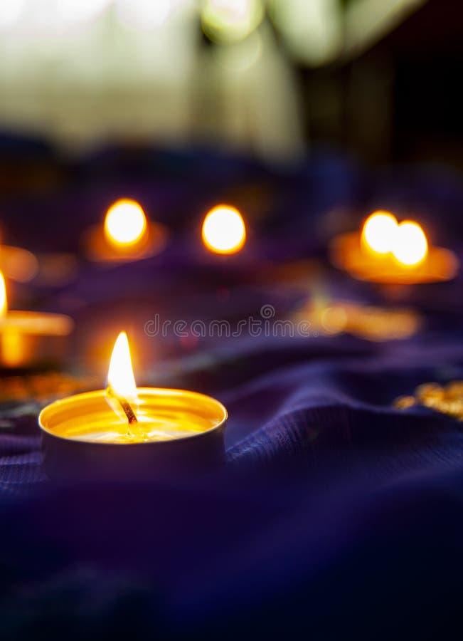 火焰晚上祷告的蜡烛灯 屠妖节照明设备 免版税库存照片