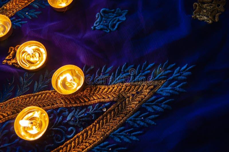 火焰晚上祷告的蜡烛灯 屠妖节照明设备 免版税库存图片