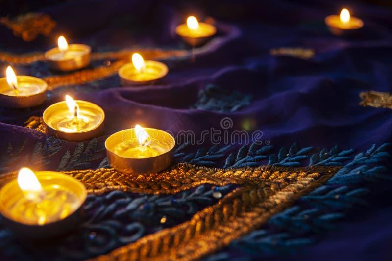 火焰晚上祷告的蜡烛灯 屠妖节照明设备 库存图片