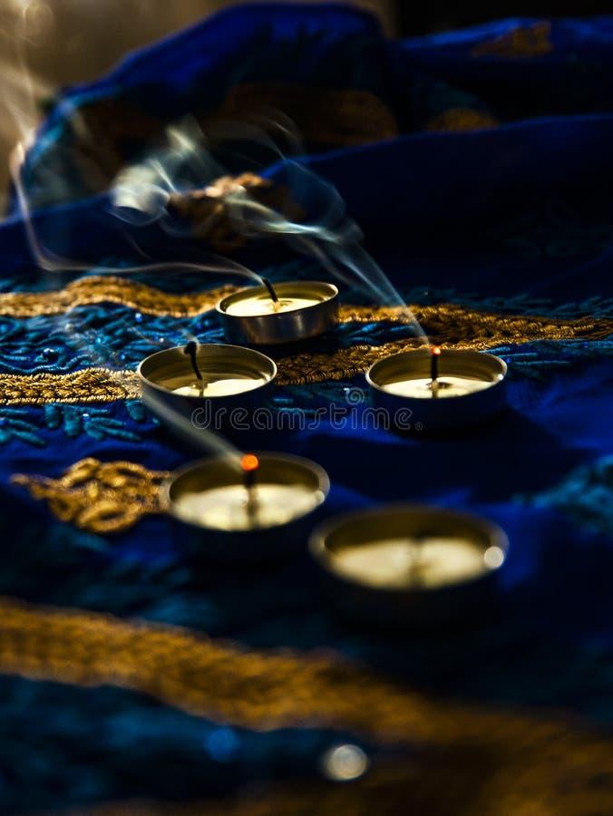 火焰晚上祷告的蜡烛灯 屠妖节照明设备 库存照片