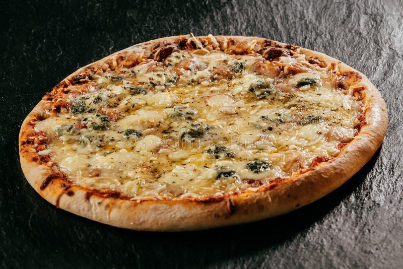 火焰烤意大利人四乳酪薄饼 免版税库存照片