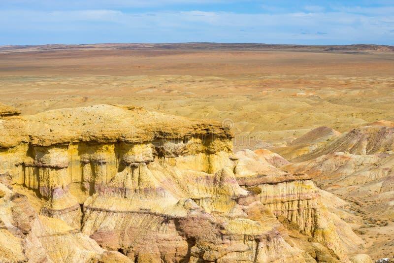 火焰状峭壁Bayanzag高原天际蒙古 库存图片