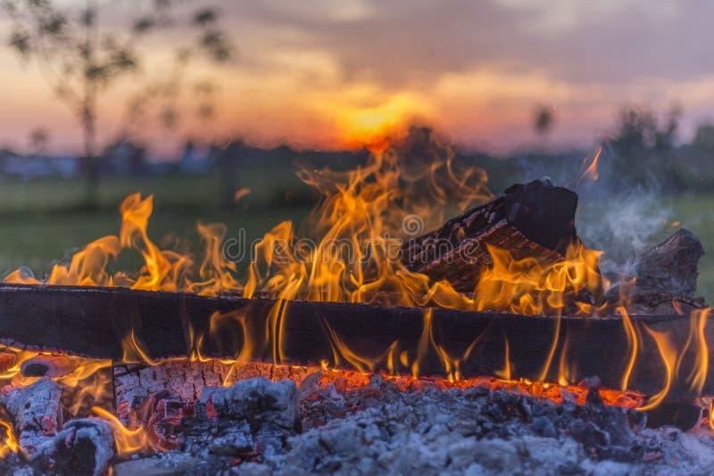 火焰状营火和俄亥俄日落 库存图片