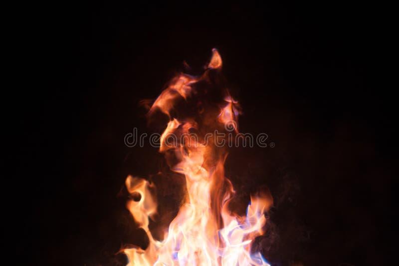 火焰的舌头在黑暗的 免版税库存图片