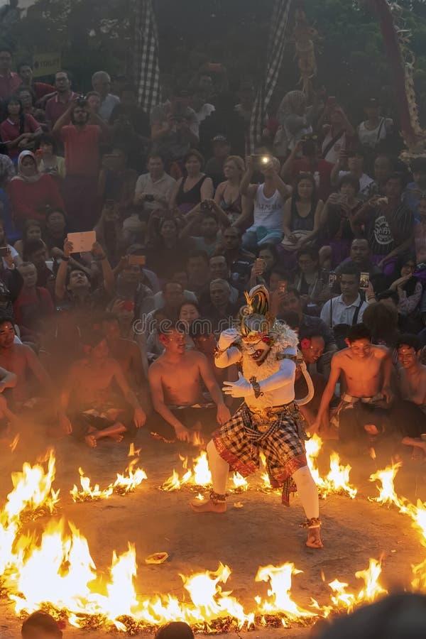火的哈奴曼作为在ULUWATU寺庙巴厘岛的KECAK舞蹈一部分 库存图片