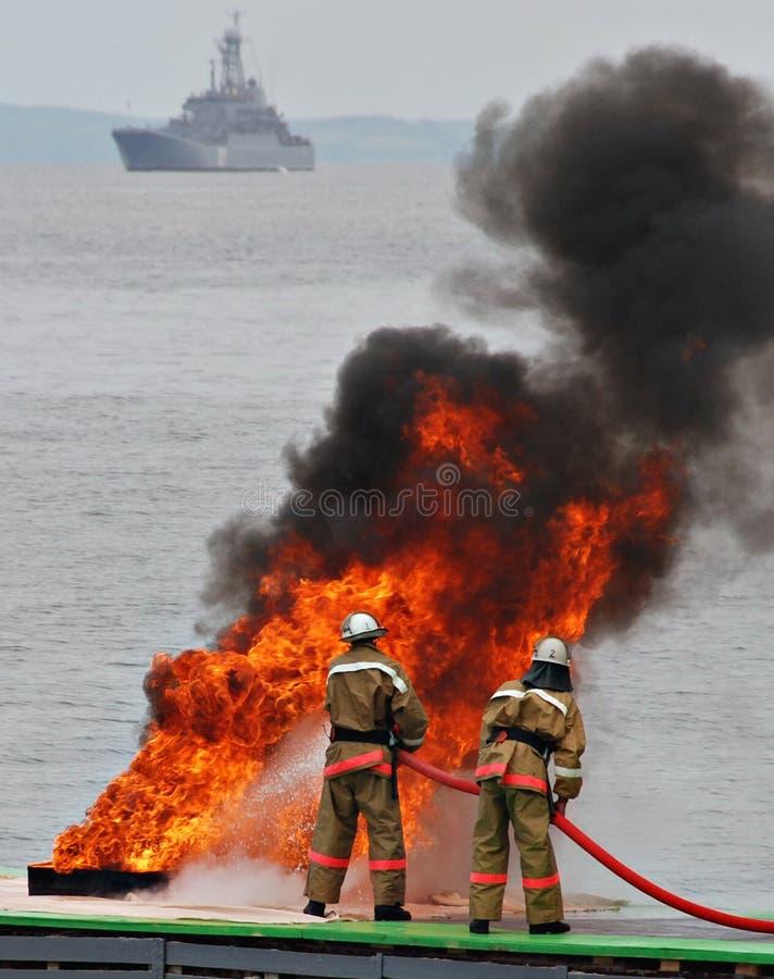 火的消防员,消火 免版税库存图片