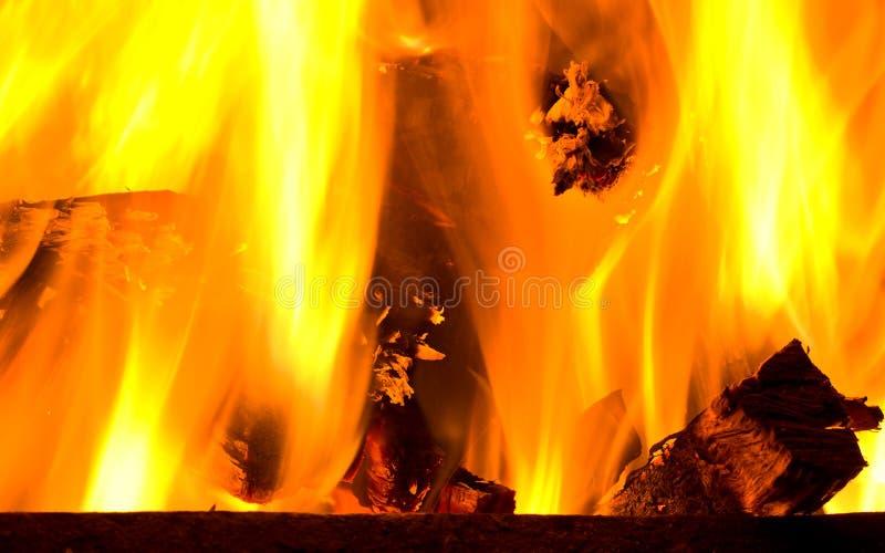 火盆灼烧的木头 图库摄影