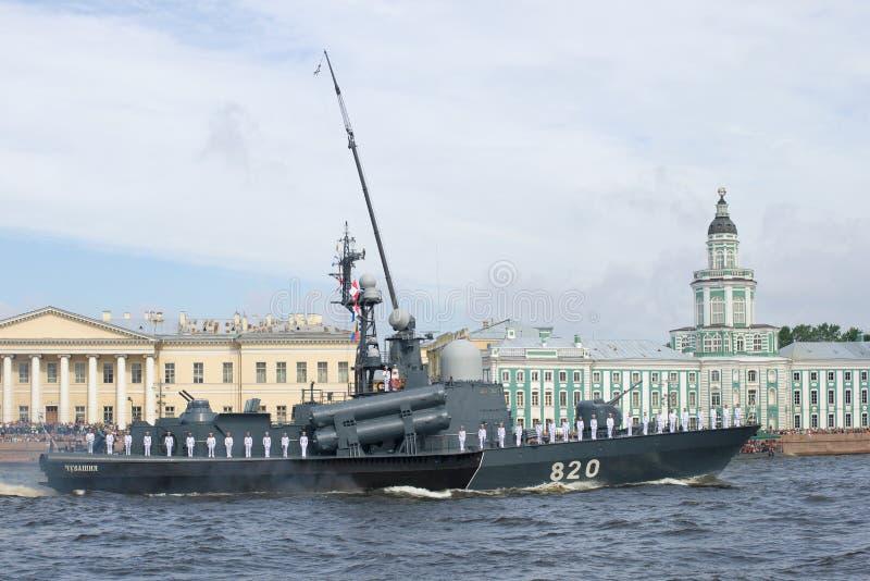火箭队小船`楚瓦什共和国`在军事游行参与以纪念海军天 免版税图库摄影