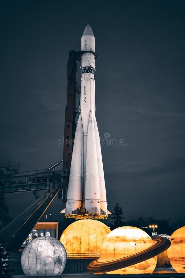 火箭队沃斯托克在行星的陈列的旁边公园在灰色口气的 免版税图库摄影