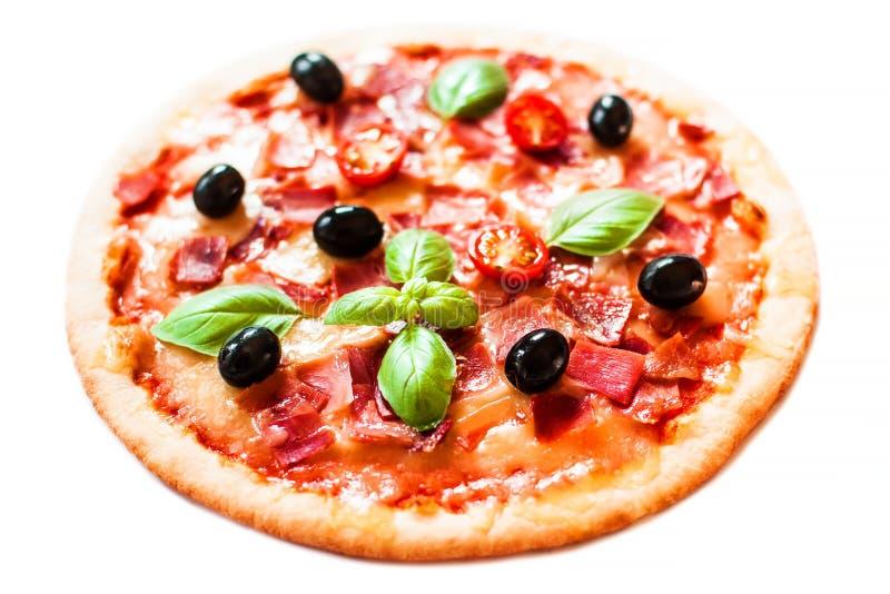 火腿、蕃茄和在白色背景隔绝的乳酪薄饼 热 免版税图库摄影