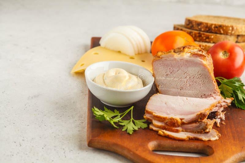 火腿和乳酪三明治的成份在一个木板, whi 库存图片