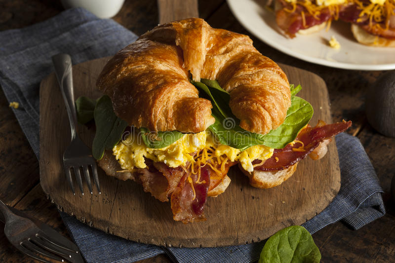 火腿和乳酪蛋早餐三明治 库存照片