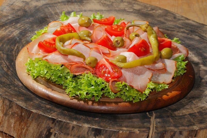 火腿板材,火腿,意大利辣味香肠,蕃茄,橄榄,莴苣 库存图片