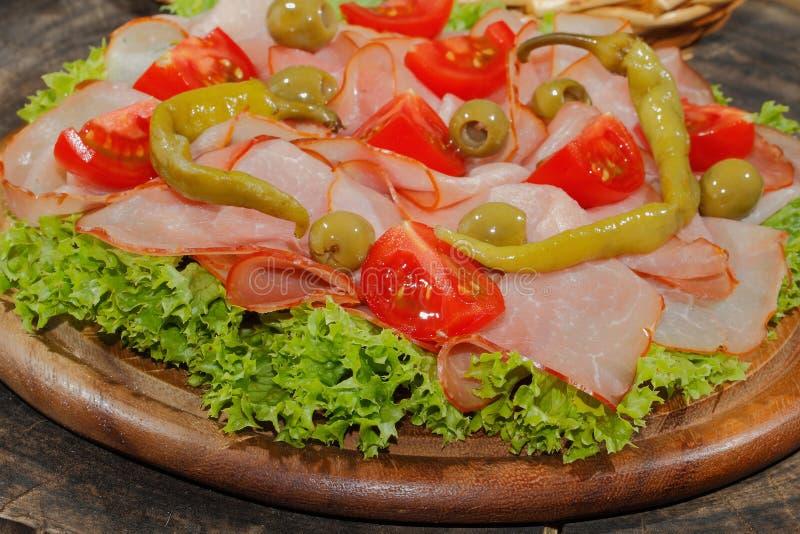 火腿板材,火腿,意大利辣味香肠,蕃茄,橄榄,莴苣 免版税库存照片