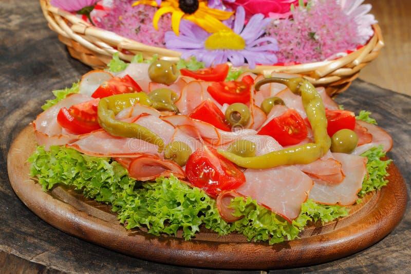 火腿板材,火腿,意大利辣味香肠,蕃茄,橄榄,莴苣 免版税图库摄影