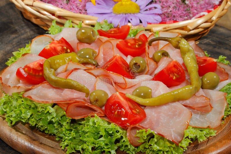 火腿板材,火腿,意大利辣味香肠,蕃茄,橄榄,莴苣 免版税库存图片