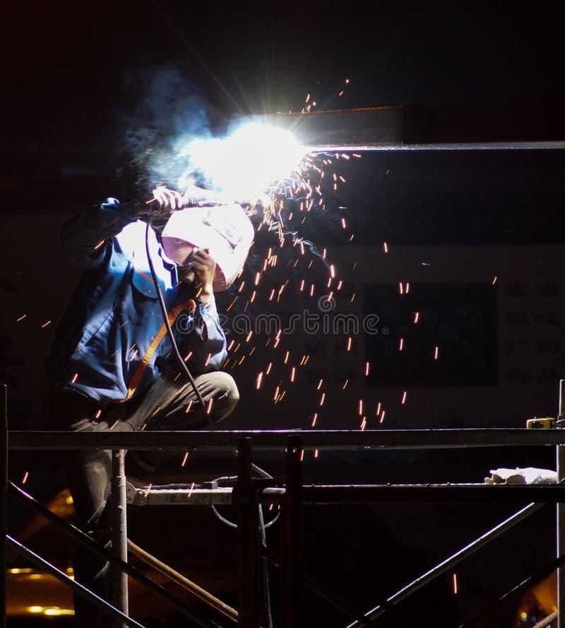 火花从夜焊接飞行 免版税库存图片