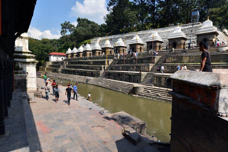 火葬ghats和仪式沿圣洁巴格马蒂河Pashupatinath寺庙的 免版税库存照片