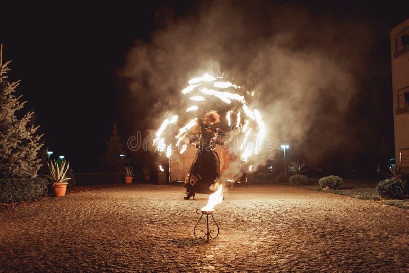 火跳舞展示在晚上 作为婚礼一部分的惊人的火展示 免版税图库摄影