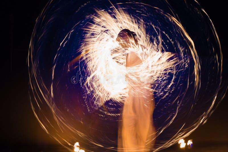 火跳舞展示 免版税库存照片