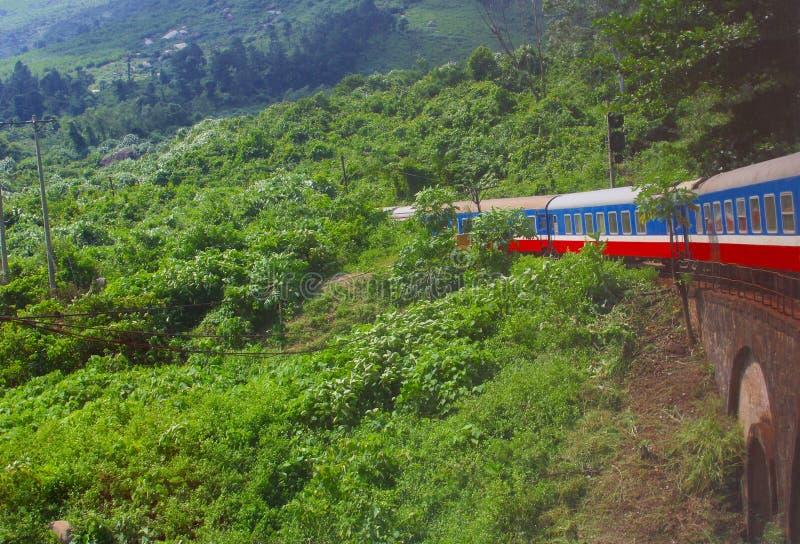 火车乘驾运输密林山,越南 免版税库存照片