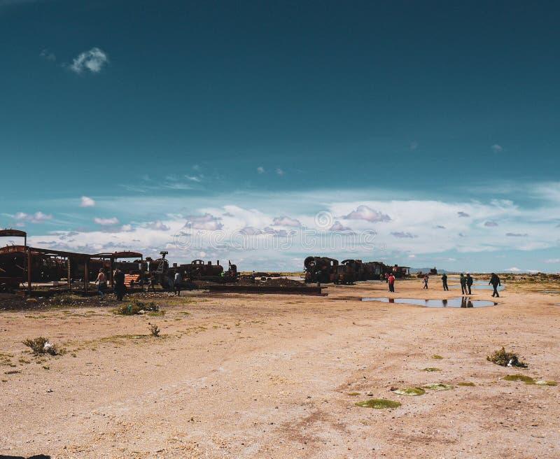 火车公墓在乌尤尼盐沼 免版税库存照片