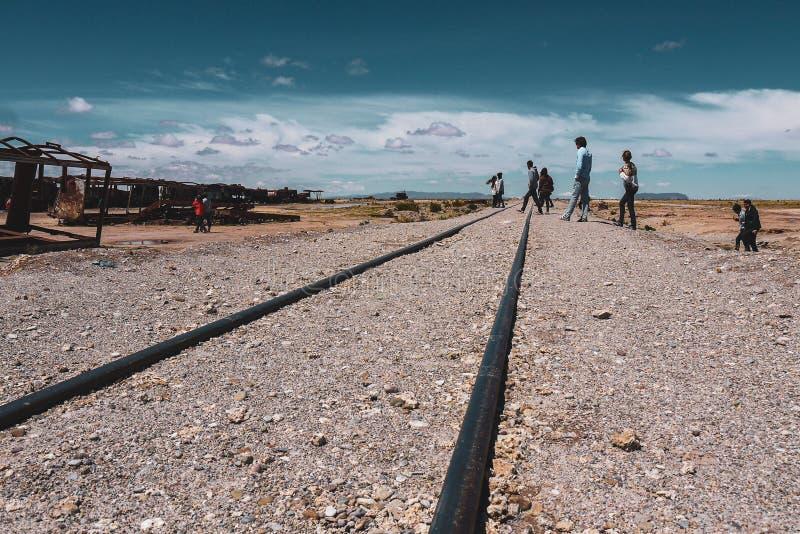 火车公墓在乌尤尼盐沼 图库摄影