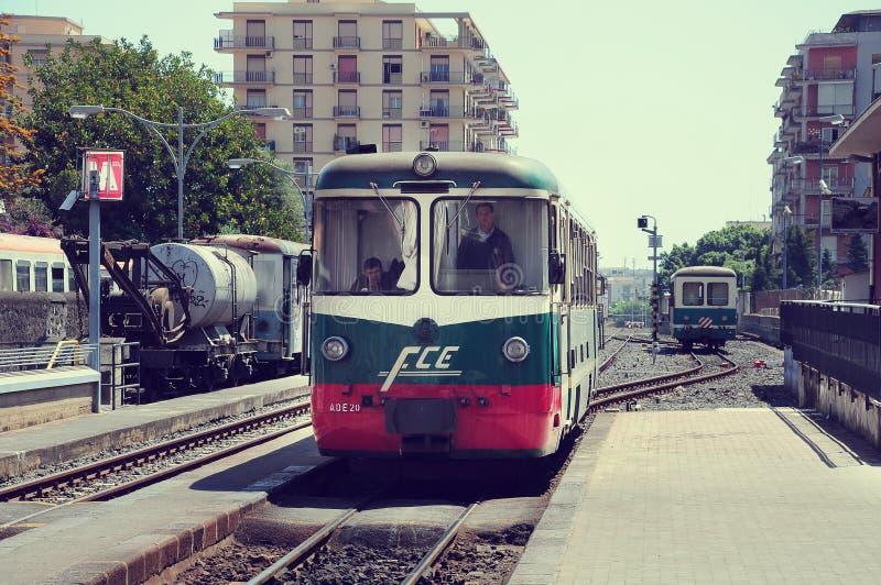 火车到达对驻地 免版税库存照片