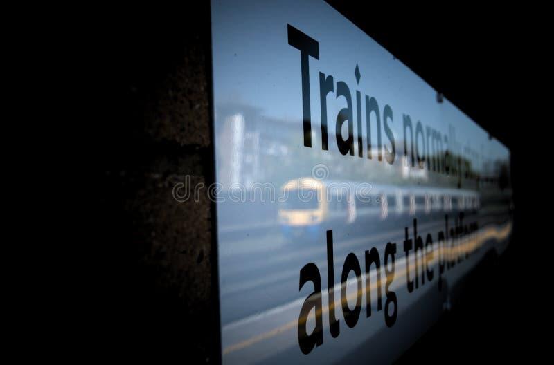 火车到达的肯辛顿火车站的反射 免版税库存图片