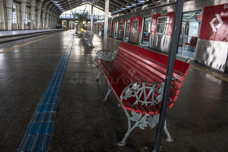火车和乘客朱利奥Prestes驻地的搭乘和登陆平台的 免版税库存图片