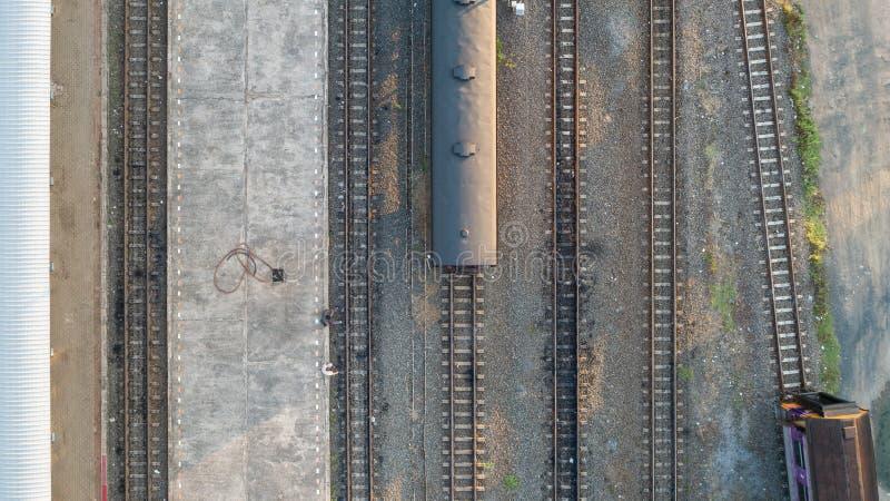 火车和铁路轨道-顶视图路轨pov鸟瞰图作为抽象背景的 免版税库存图片