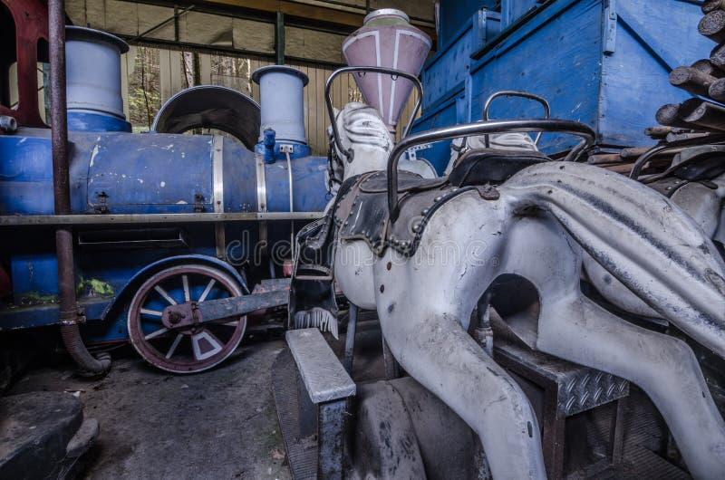 火车和马从游乐园 免版税库存图片