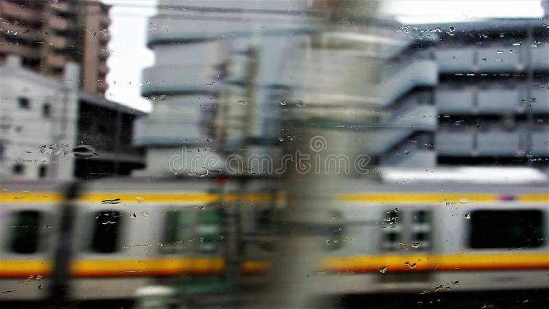 火车在东京在雨中 免版税库存照片