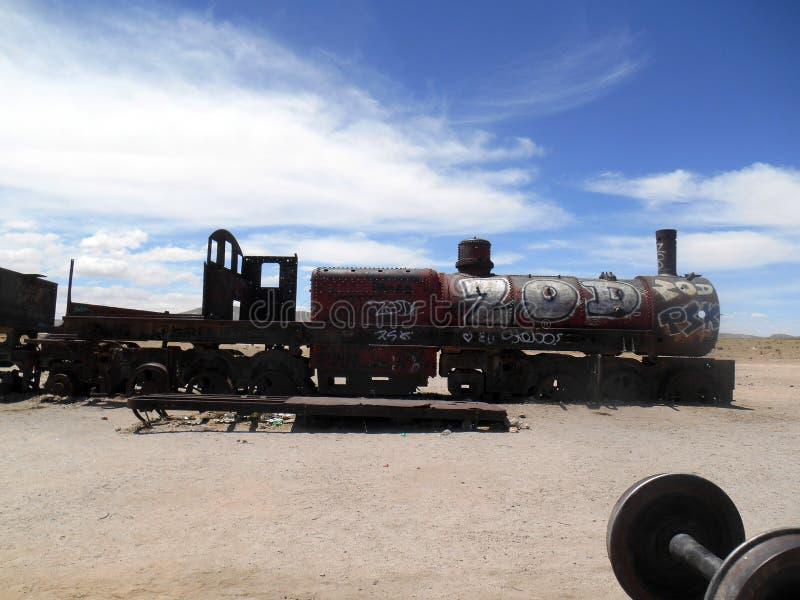 火车在乌尤尼盐沼沙漠 免版税库存照片