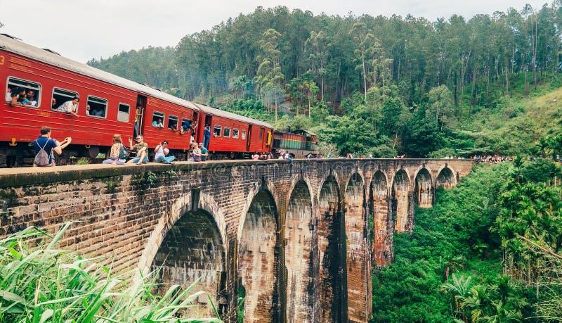 火车在著名九曲拱桥梁的到来片刻 免版税库存图片
