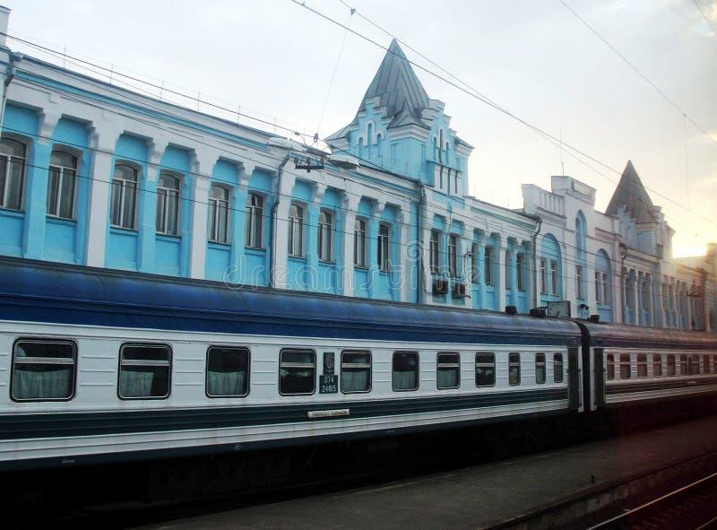火车塔什干,哈尔科夫,乌克兰,乌兹别克斯坦,俄罗斯,平台,驻地,运输,汽车,建筑学,等待,日落,夏天 库存图片
