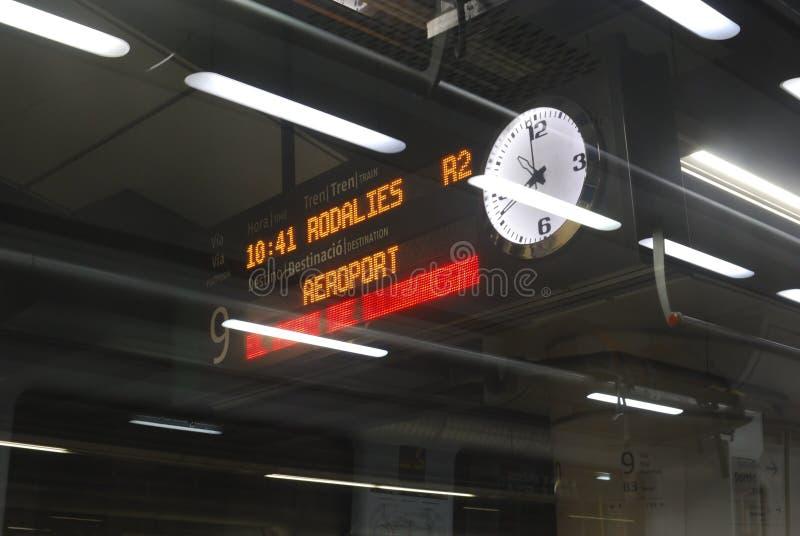火车平台被阐明的标志。巴塞罗那。西班牙 库存图片