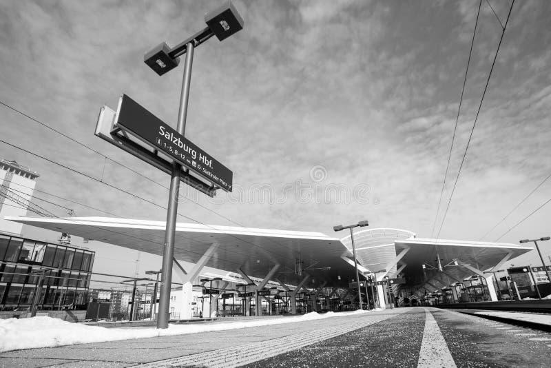 火车平台 黑白单色的风景- 库存照片
