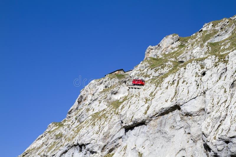 火车攀登皮拉图斯峰 瑞士,阿尔卑斯,夏天 免版税库存图片