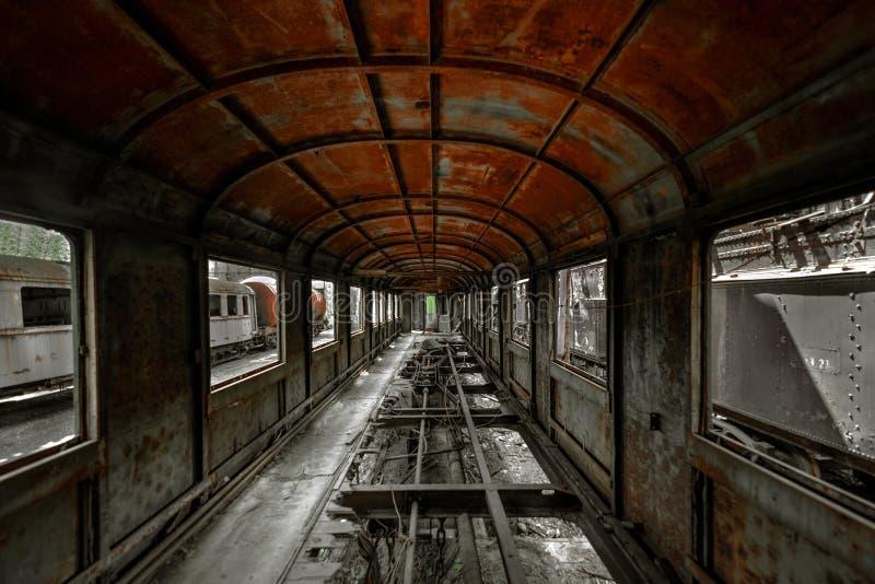 火车支架的杂乱车内部 免版税库存图片