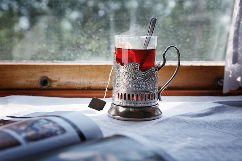 火车旅行用在glassholder的红茶 库存图片