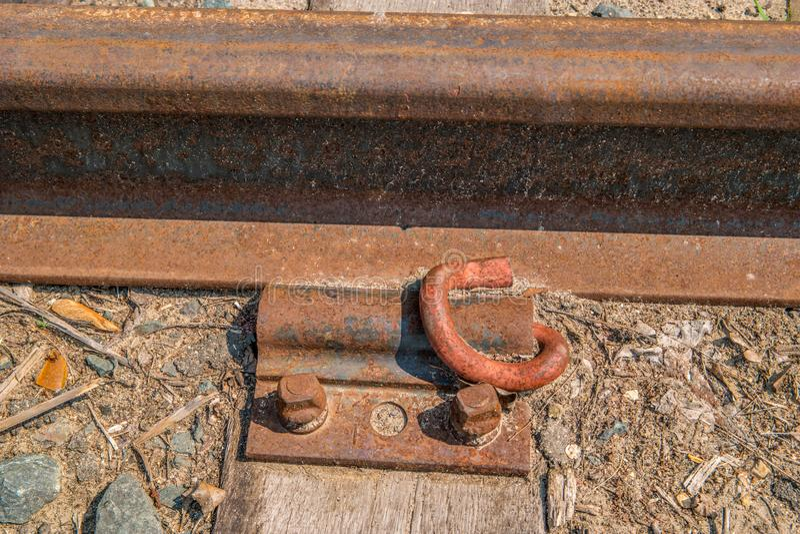 火车有被闩上的板材的轨道路轨 免版税库存图片