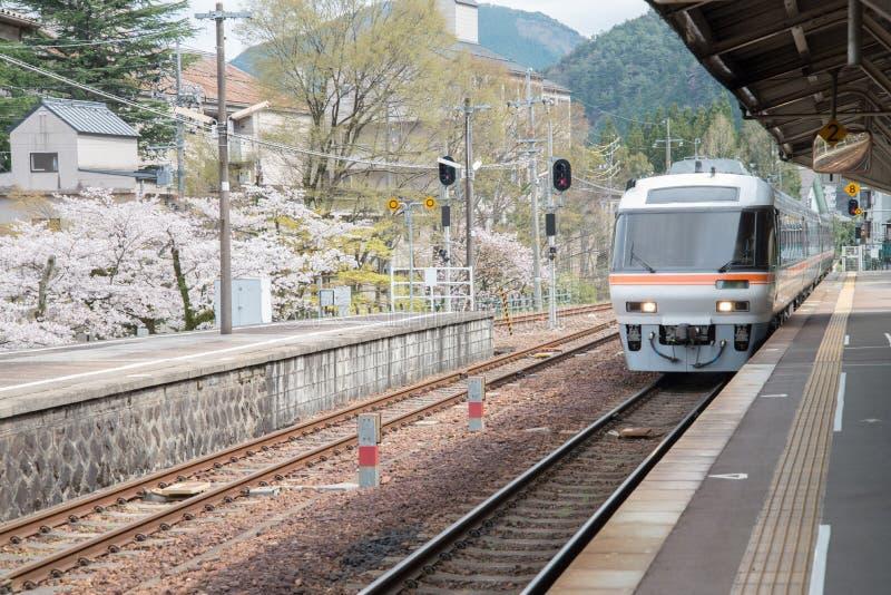 火车来临到平台在下吕驻地,日本 免版税库存图片