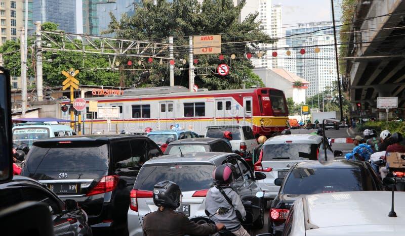 火车横跨路运行 造成汽车停下来等待因而导致堵车在雅加达 库存照片