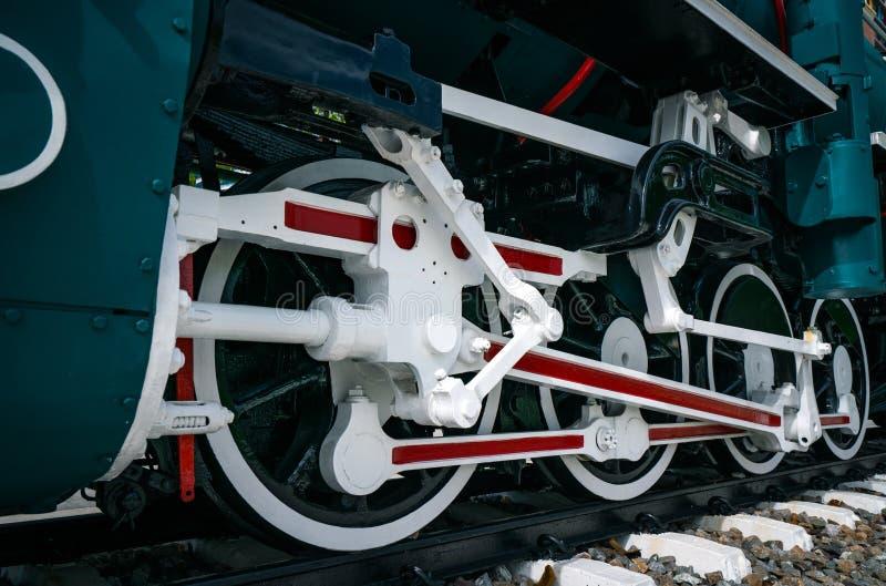 火车特写镜头轮子  绿色红色和白色火车 古色古香的葡萄酒火车机车 引擎活动老蒸汽 黑色机车 库存照片