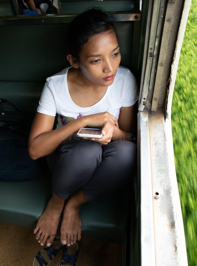 火车的一名妇女 免版税库存图片